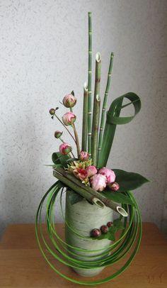 art floral moderne, bambous et fleurs roses