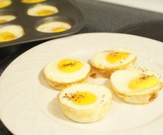 How to Cook Eggs in a Muffin Pan. You can also make mini omelets by first scrambling all of the eggs in a bowl, then adding different ingredients to them such as sliced mushrooms, broccoli, chopped red bell pepper, and cheese.