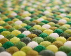 Sukhi tæpper er ikke kun til private boliger. Vi skaber også unikke og personaliserede tæpper til kontorer, hoteller, restauranter, osv. Her ses et flot tæppe i stærke røde farver, der giver rummet et stilrent og forfriskende look.
