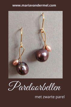 Gouden pareloorbellen van 14K goud, een grote zwarte parel en een hele kleine roze parel. #pareloorbellen #parels #parelsieraden #zwarteparels #rozeparels #designsieraden Pearl Jewelry, Pearl Earrings, Pearls, Rose, Design, Wristlets, Pearl Studs, Pink, Beads