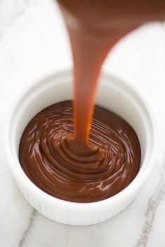A creamy chocolate custard with an easy coconut sugar caramel sauce. Caramel Vegan, Caramel Recipes, Chocolate Custard, Salted Chocolate, Caramel Pudding, Vegan Pudding, Pudding Recipe, Bowls, Vegan Dessert Recipes