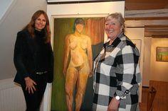 Tre damer - de to påklædte er Annette Sjølund og Ulla Thornberg fra Kulturloftet, mens kvinden i midten er malet af Ernst Rasmussen. Hun kan erhverves for 5000 kroner. Foto: Henrik Fisker