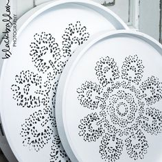 White badge with logo Tine K Use paper Doily to pattern white plate