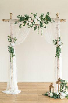 Simple Wedding Arch, Wedding Arch Rustic, Wedding Altars, Wedding Ceremony Backdrop, Simple Weddings, Wedding Backdrop Design, Wedding Arch Greenery, Wedding Ideas, Wedding Flower Backdrop