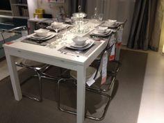 Cadeiras transparentes e mesa branca