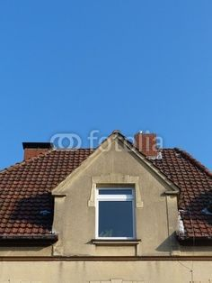 alte fabrikfassade mit fabrikschornstein aus backstein vor blauem himmel mit wolken in. Black Bedroom Furniture Sets. Home Design Ideas