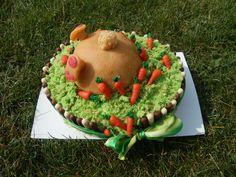 le lapin de Pâques à plonger la tête dans le gateau