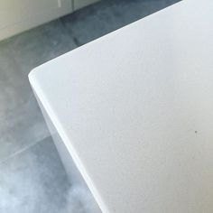E a saga das pedras da cozinha chegou ao fim ( quase, já achei alguns acabamentinhos que precisam ser revistos 😂)! A pedra que escolhemos pra a bancada da pia e da ilha foi o Silestone/Quartzo Stone Branco Prime ✨ Estou APAIXONADA por ele de um jeito que vocês não tão me entendendo. Ele é branco e clean exatamente como a gente queria. Ao contrário do que muita gente acha ( nos achávamos), não mancha facilmente e tem baixíssima absorção.  Ela é branca e tem esses micro pontinhos que com…