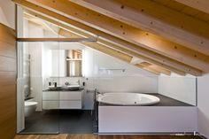 Verglasung Badezimmer in Dachschräge. Mit Glasschiebetüre. Glastüre und Raumtrennung. Teilen Sie Küche und Wohnzimmer, Sitzungsraum und Korridor oder Raucher- und Nichtraucherzone. Das Glas schafft Räume, gewährt Ihnen aber freie Ein- und Ausblicke. Sie erhalten eine offene, helle und freundliche Atmosphäre. Die von uns entwickelten Ganzglastüren und Ganzglas-Abschlüsse schliessen ab, ohne zu trennen. Bathtub, Wellness, Bathroom, Glass Building, Dark Rooms, Smokers, Bathrooms, Bathing, Standing Bath