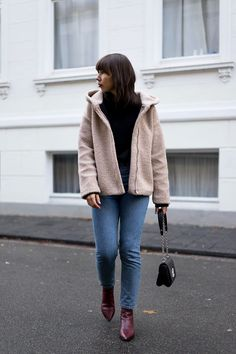90s Outfit | Blogger Street Style: Teddyjacke – Zara | Pullover – Selected Femme  |  Mom Jeans – Monki | Tasche – Louis Vuitton Twist Bag | Stiefeletten – Acne Studios Jensen |  Samt-Choker – Asos | Ringe – Pandora