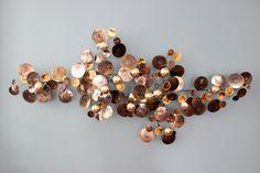 Produit neuf. Origine USA Disponible en boutique ou sur commande  Sculpture murale en laiton 'Curtis Jeré'  Modèle 'Raindrops' (gouttes d'eau) / signée et datée / produit par l'éditeur original (USA)  Maison fondée en 1964 par 2 artisans sculpteurs: Curtis Freiler & Jerry Fels  2 modèles: en laiton ouargenté  Dimensions: Longueur 165cm / Hauteur 71cm / Epaisseur 18cm  Délivrée avec son certificat d'authenticité