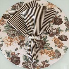 Vejam que linda essa estampa!! Ficou um luxo com guardanapos listrados!!Sousplat dupla face floral ...