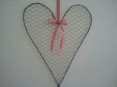 Hart van kippengaas, landelijk Hart, Chicken Wire, Jewerly, Crochet Patterns, Homemade, Crafts, Diy, Wire, Mesh Fencing