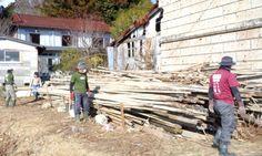 Volunteers work on an affected property in at Minamisoma city, Fukushima. Photo credit: Hajime NAKANO/Flickr Creative Commons