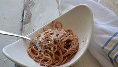 Le tagliatelle al vino rosso si preparano con la pasta portata ad ebollizione mentre a parte viene scaldato olio, panna, salvia, sale e pepe. Il comp...