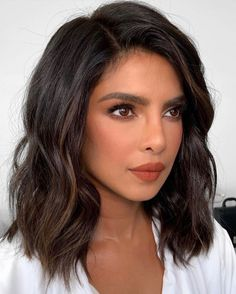 These 30 fall-ready September hairstyles, we see nothing but gorgeous hair days in your future. Thanks to these 30 gorgeous April hairstyles, we see nothing but gorgeous hair days in your future. Shoulder Length Hair With Bangs, Short Haircuts Shoulder Length, Medium Length Wavy Hair, Shoulder Length Hair Balayage, Shoulder Hair, Medium Hair Styles, Curly Hair Styles, Hair Cut Styles, Haircut For Thick Hair