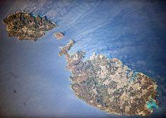 Республика Мальта - островное государство в Средиземном море. Мальтийский архипелаг включает три населённых острова: Мальта (246 кв.км) Гоцо (67 кв.км) и Комино (26 кв.км). Фотография сделана с борта Международной космической станции космонавтом Анатолием Иванишиным.  The Republic of Malta is a Southern European island country comprising an archipelago in the Mediterranean Sea. Malta is composed of three major islands: Malta Island (246 sq km) Gozo 67 (sq km) and Comino (26 sq km). Picture…
