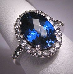 Not a fan of colored engagement rings but WOW. Vintage Sapphire Wedding Ring
