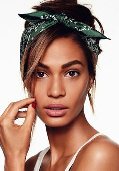 Check out the inspiration from Vogue Spain. Joan Smalls shows off six ways to wear a bandana for Vogue Spain. Bandana Updo, Bandana Styles, Bandana Hairstyles, Cool Hairstyles, Hair Styles With Bandanas, Hair With Bandana, Hair Bandanas, Joan Smalls, Ways To Wear Bandanas