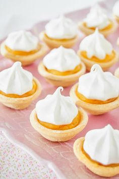 Receta de mini lemond pies Pastelitos de limón y merengue Dessert Bars, Dessert Table, Tart Recipes, Sweet Recipes, Mini Desserts, Delicious Desserts, Mini Cupcakes, Cupcake Cakes, Cupcake Ideas