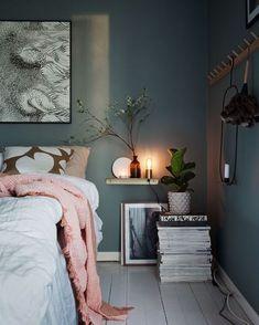 Elementos naturais trazem leveza para quarto com paredes cinza (Foto: Decoração contrasta tons acinzentados com móveis de madeira clara e lustre de fibra natural)