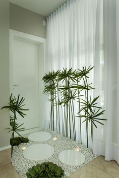 idée pour créer une déco zen dans le couloir aux murs beige avec carrelage de plafond blanc et rideaux longs