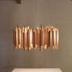 Voici une magnifique suspension en bois de Woods d'Arturo Alvarez. Cette lampe offre une lumière intéréssante à travers ses baguettes de bois, pour créer une ambiance très chaleureuse. Le bois apporte de la chaleur dans un intérieur. Elle sera parfaite...