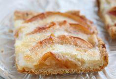 Sastāvdaļas • 5 sulīgi āboli • 100 g mīksta sviesta • 50 ml skābā krējuma • Tējkarote cepampulvera • 175 …