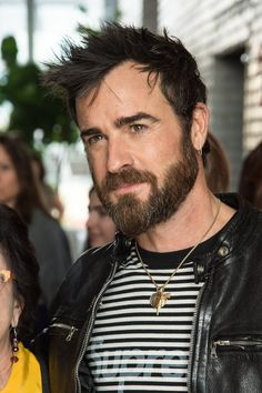 Justin Theroux Just Changed Up His Entire Look Justin Theroux, Widows Peak Hairstyles, Celebrity Haircuts, Men's Haircuts, Hair Frizz, Smile Images, Bear Men, Male Face, Beard Styles