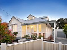 Photo of a corrugated iron house exterior from real Australian home - House Facade photo 360950 Exterior Color Schemes, House Color Schemes, Exterior House Colors, Bungalow Exterior, Colour Schemes, Facade Design, Exterior Design, House Design, Exterior Paint