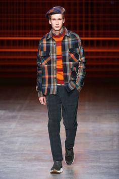 A Missoni desfila seu outono-inverno 2017/18, na Semana de Moda Masculina de Milão, com uma... Mais