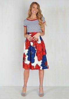 Give this floral skirt a twirl and match your charisma with a look just as compelling! Meghan Markle Style, Looks Street Style, Matches Fashion, Summer Fashion Outfits, Modest Dresses, Vintage Skirt, Cute Casual Outfits, Skirt Outfits, Look Fashion
