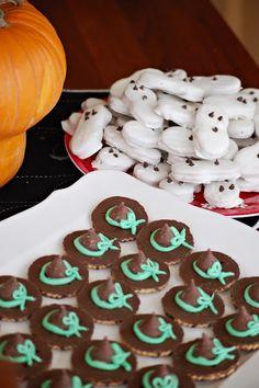 A Feathered Nest: Lazy Halloween Food. The ghosts are cute Halloween Goodies, Halloween Food For Party, Halloween Birthday, Holidays Halloween, Halloween Treats, Happy Halloween, Halloween Witches, Halloween Stuff, Halloween Appetizers
