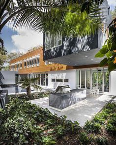 These tropical paradises in Miami are modern marvels. - Luke Hopping's Modern Architecture in Miami design collection on Dwell. Small Outdoor Kitchens, Modern Outdoor Kitchen, Outdoor Living, Outdoor Rooms, Modern Miami, Miami Houses, Tropical, Al Fresco Dining, Modern Architecture