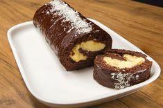 Mis gibi muz kokusunun, yumuşacık pastacı kreması dokusunu ve pandispanyayı harmanlayan nefis çikolatalı muzlu rulo pasta tarifi.