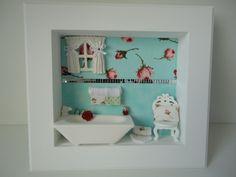Quadro para banheiro, com fundo em tecido e peças em resina. R$ 120,00