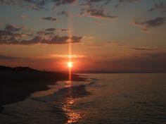 Alba sulla spiaggia, mille colori,mille emozioni, dolce risveglio, rumore delle onde.