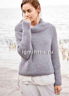 Светло-серый теплый пуловер из полупатентного узора. Вязание спицами