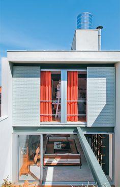 O sobrado, em São Paulo, tem só 5 m de frente. Ainda assim, suas amplas aberturas permitem generosa entrada de luz e boa ventilação. Na cobertura, a vista impressiona