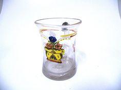 Biedermeier Glas Henkelbecher Bemalt um 1820 Der Becher ist im guten Zustand,und hat keine beschädigungen. Die Bemalung ist im sehr guten Zustans. Mit einem Spruch auf der Seite ( Vivat die Blumenzeit. Höhe 9,7 cm Durchmesser 7,7 cm