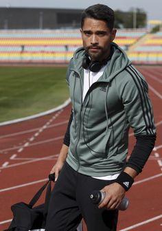 Für deinen Weg ins Gym oder das Workout im Freien: Die lässige Trainingsanzug-Kombi von adidas Performance besteht aus einer Zip-Jacke mit einer verstellbaren Kapuze, kontrastierenden Ärmeln und ikonischen Streifen – sowie einer bequemen Hose mit elastischen Komfortbund.