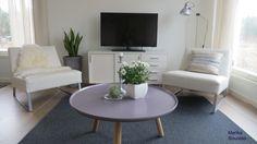 Vaalea, valkoinen, moderni olohuone.