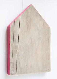 Simpel.. en leuk! Can also be a DIY! Steigerhout van het Woonrecept Huisje steigerhout met fluor roze rand 30cm