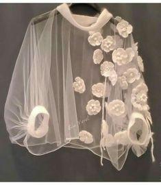 Buy a Knitted Cape Tunic & # & # SHELLI - Boho & # & # 39 ; Mode Outfits, Stylish Outfits, Stylish Clothes, Stylish Tops, Outfit Chic, Diy Clothes, Clothes For Women, Knitted Cape, Fashion Details