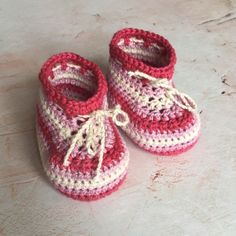 Pink ombré baby shoes in organic cotton. Organic Baby, Organic Cotton, Baby Blog, Crochet Baby Booties, How Big Is Baby, Cotton Crochet, 3 Months, Baby Knitting, Me Too Shoes