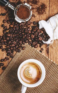 Toasting coffee at home and types of roasting - When the coffee beans are harvested, they have a greenish color, very different from the brown tone - Coffee Shot, Coffee Break, Coffee Drinks, Morning Coffee, Coffee Type, Coffee And Books, Photo Café, Espresso Brownies, Watermelon Smoothies