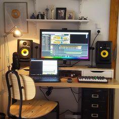 Simple but effectiv Simple but effective plus Rokits. Home Recording Studio Setup, Home Studio Setup, Music Studio Room, Audio Studio, Studio Desk, Sound Studio, Configuration Home Studio, Music Desk, Simple Desk