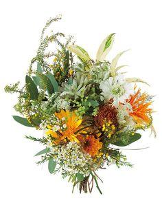 野草をそのまま束ねたかのような、野性味あふれるクラッチブーケ。(花材:ガーベラ、スカビオサ、ひまわり、ミモザ、ワックスフラワー、プロテア、エケベリア、ユーカリポポラス、イワナンテン)ブーケ¥32,000/... Green Flowers, Summer Flowers, Wedding Ideas 2018, Fall Wedding Bouquets, Table Flowers, Gerbera, Bridal Flowers, Flower Designs, Floral Arrangements