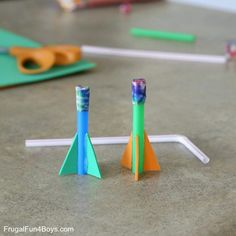 Außergewöhnlich How to Make Easy Straw Rockets - Frugal Fun For Boys and Girls Make straw rockets! This simple rocket . Summer Crafts For Kids, Easy Crafts For Kids, Summer Diy, Diy For Kids, Straw Rocket, Diy Rocket, Easy Craft Projects, Projects For Kids, Rockets For Kids