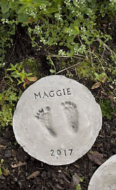 How to Make Footprint Garden Stones // Looking for the perfect Mother's Day gift? Check out how to make these cute footprint garden stones with these . Stepping Stones Kids, Homemade Stepping Stones, Concrete Stepping Stones, Garden Pavers, Garden Steps, Easy Garden, Backyard Landscaping, Crafts For Teens To Make, Wie Macht Man